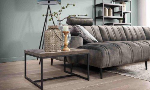 Houten meubels op houten vloer