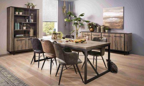 Houten meubels op een houten vloer
